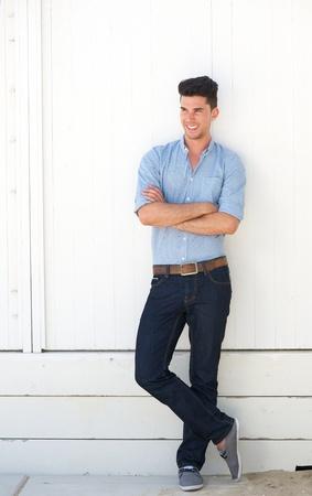 Porträt einer schönen jungen Mann im Freien stehende gegen die weiße Wand Standard-Bild - 21001094