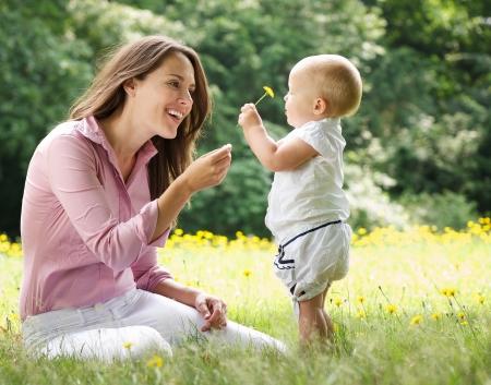 Portrait einer Mutter, Kind Blume im Park