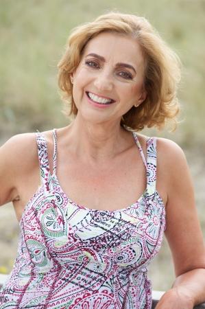 屋外笑顔美しい年上の女性のポートレート、クローズ アップ