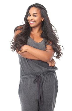 american african: Ritratto di un sorridente African American donna con capelli lunghi su sfondo bianco Archivio Fotografico