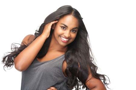 modelos negras: Primer retrato de una bella mujer joven con la mano en el pelo aislado en blanco