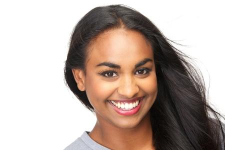 Closeup ritratto di una bella giovane donna sorridente su sfondo bianco isolato photo
