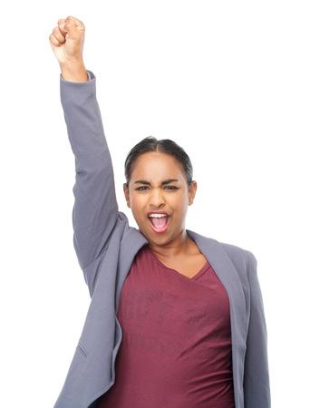 manos levantadas: Primer retrato de una mujer joven con la mano levantada en la celebración