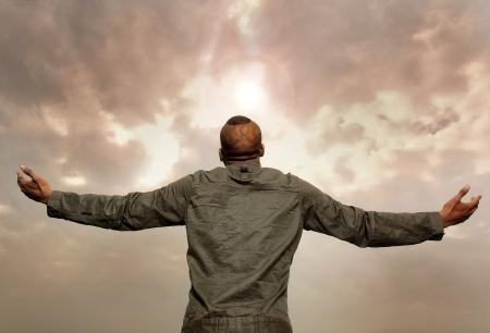 空を見て差し出された腕を持つ男の肖像