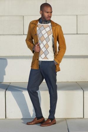 poses de modelos: Retrato de cuerpo entero de un atractivo modelo de moda masculina de pie afuera