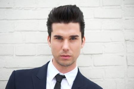 hair man: Gros plan portrait d'un s�duisant jeune homme en costume d'affaires