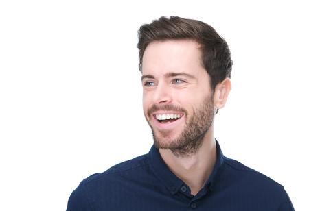 Close-up portret van een knappe jonge man glimlachend op witte achtergrond