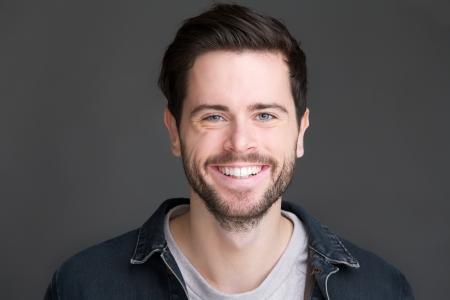 hombre: Retrato del primer de un hombre joven y sonriente mirando a la c�mara