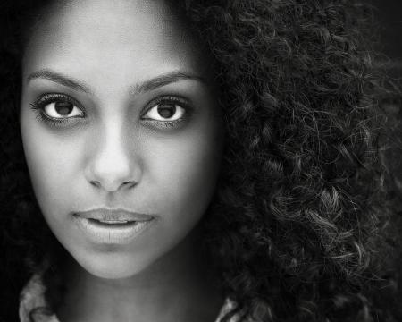 Zwart-wit close-up portret van een mooie jonge vrouw