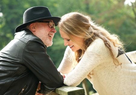 Portret van een gelukkige vader lachen met dochter in openlucht