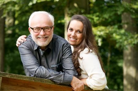 padre e hija: Retrato de un hombre maduro sonriente feliz con una mujer joven