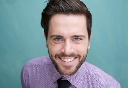 笑みを浮かべて、魅力的な若いビジネス男のクローズ アップの肖像画 写真素材