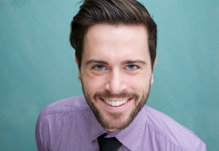gezicht: Close-up portret van een aantrekkelijke jonge man glimlachend