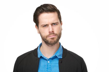Close-up portret van een jonge man met een verward, denken gezicht