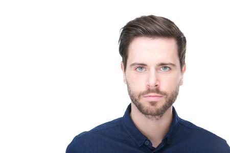 Close up portrait d'un jeune homme confiant avec la barbe en regardant la caméra Banque d'images - 23135331