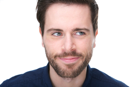 Portret van een jonge man met een grijns en wegkijken Stockfoto