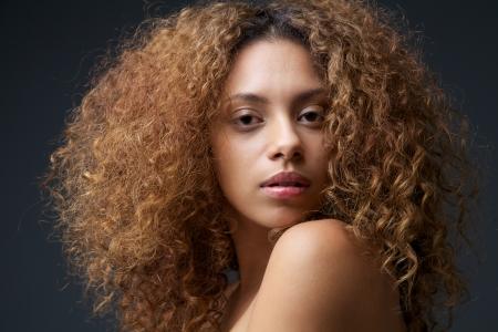 schwarze frau nackt: Close up Sch�nheit Portr�t einer sch�nen weiblichen Mode-Modell mit dem lockigen Haar