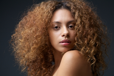 femme noire nue: Gros plan beaut� portrait d'une belle femme mannequin aux cheveux boucl�s