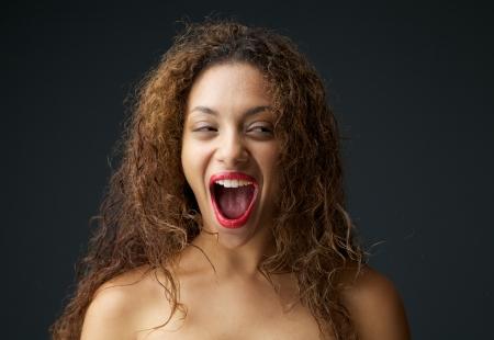 boca abierta: Close up retrato de una joven mujer excitada y riendo con la boca abierta