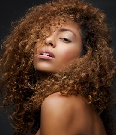 mujeres negras desnudas: Close up retrato de la belleza de un modelo de moda femenina atractiva con el pelo rizado