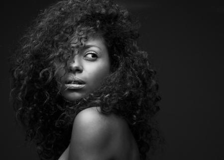 아름 다운 아프리카 계 미국인 패션 모델의 흑백 초상화 스톡 콘텐츠
