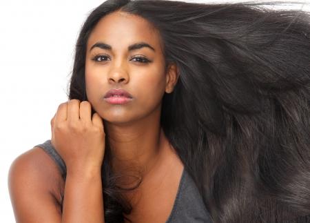 Close-up portret van een mooie jonge vrouw met wapperende haren