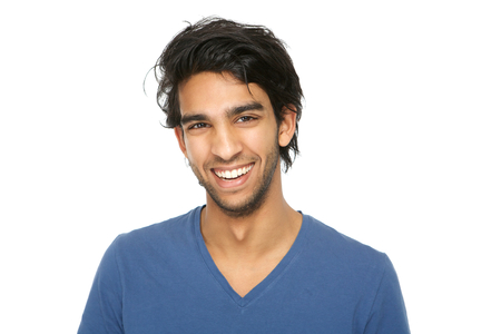 Close-up portret van een knappe jonge Indiase man glimlachend op witte achtergrond