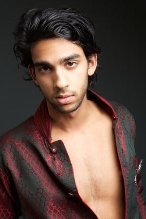 nackte brust: Close up Portrait einer sexy indischer Mann mit nackten Brust auf grauem Hintergrund Lizenzfreie Bilder