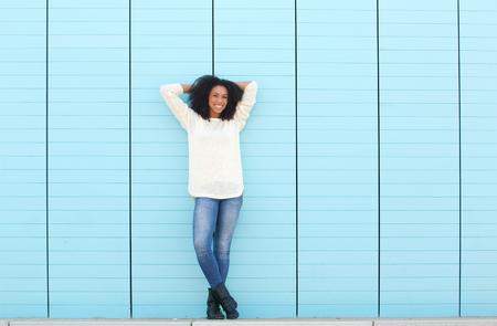 mujer cuerpo completo: Retrato de cuerpo entero de una mujer joven sonriente al aire libre
