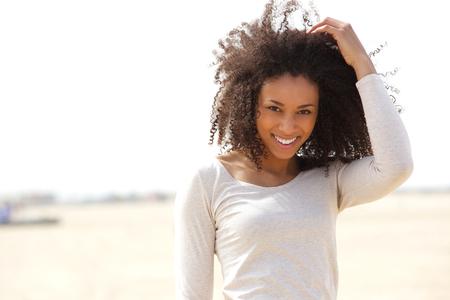 クローズ アップ屋外笑みを浮かべて自信を持って若い女性の肖像画 写真素材