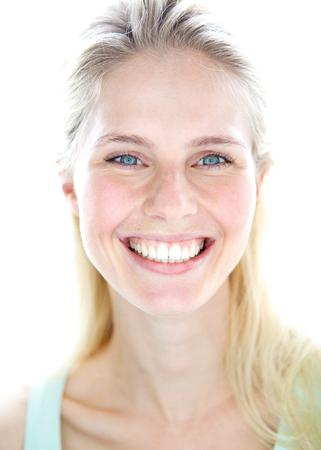 rubia ojos azules: Close up retrato de una mujer rubia joven feliz con la expresión alegre en el rostro