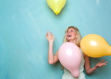 lachendes gesicht: Portrait eines gl�cklichen jungen blonden Frau l�chelnd und spielen mit Luftballons Lizenzfreie Bilder