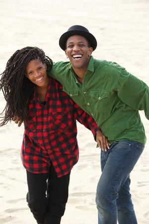 jovenes enamorados: Divertido retrato de un feliz hermano y hermana a jugar al aire libre