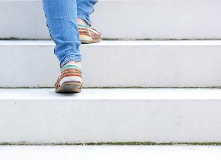 climbing stairs: Mujer que recorre arriba en la escalera de piedra al aire libre
