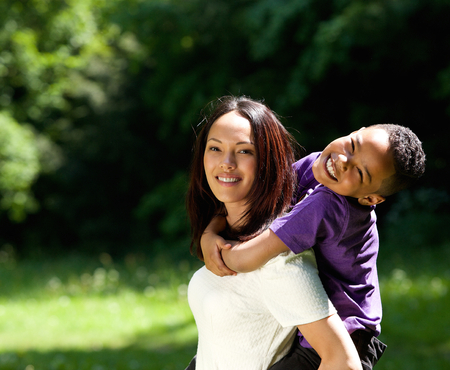 おんぶ屋外を楽しんでいる息子を持つシングルマザーの肖像画
