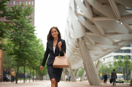 Portret van een vrouw met handtas wandelen in de stad
