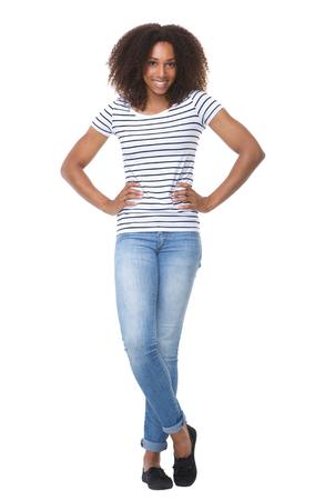 Full body portret van een aantrekkelijke jonge zwarte vrouw lachend op witte achtergrond
