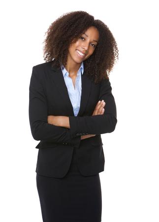 Portret van een jonge Afro-Amerikaanse zakenvrouw glimlachend met de armen gekruist