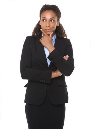mujer reflexionando: Retrato de una mujer de negocios joven que piensa en el fondo blanco aislado Foto de archivo