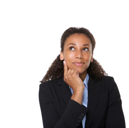 격리 된 흰색 배경에 생각하고 웃는 사업 여자의 초상화를 닫습니다 스톡 콘텐츠