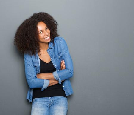 modelo hermosa: Retrato de una mujer joven africano americano feliz posando con los brazos cruzados Foto de archivo