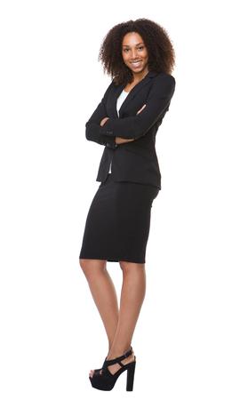 Volledige lengte portret van een Afro-Amerikaanse zakenvrouw glimlachend op geïsoleerde witte Stockfoto