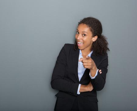 te negro: Close up retrato de una mujer de negocios joven que se�ala el dedo en usted