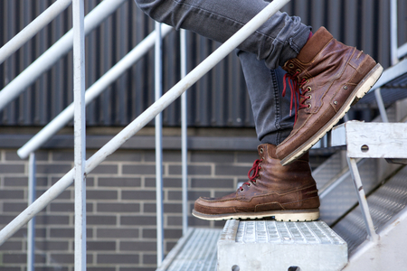pantalones abajo: Cierre de vista lateral de pie masculino en la planta baja