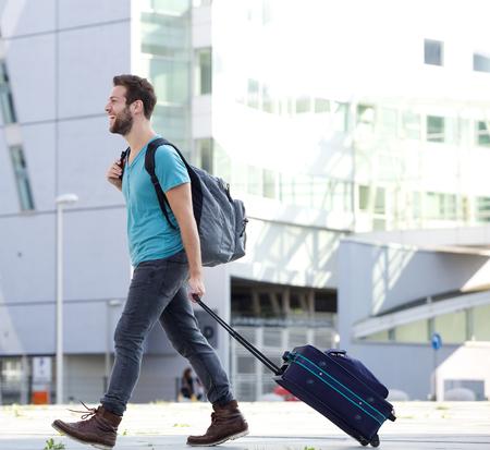 In voller Länge Profil Porträt eines jungen Mannes, Reisen mit Koffer und Tasche Standard-Bild