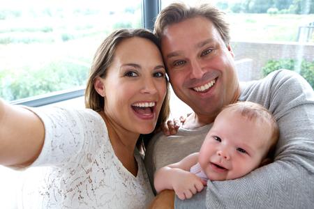 padre e hija: Close up retrato de una pareja feliz teniendo un selfie con el bebé