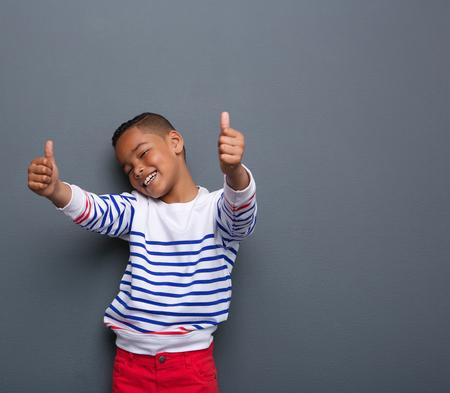 엄지 손가락 웃는 귀여운 어린 소년의 초상화를 닫 회색 배경에 서명 스톡 콘텐츠 - 31246027