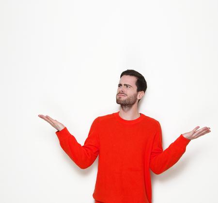 Portret van een jonge man vragen stellen met opgeheven handen Stockfoto