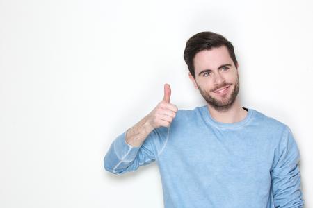 attractive male: Retrato de un hombre atractivo sonriente con los pulgares arriba signo