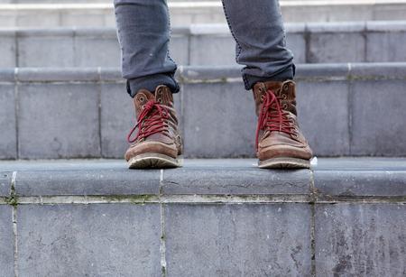 pantalones abajo: Cierre de botas de cuero masculinos sobre las medidas Foto de archivo